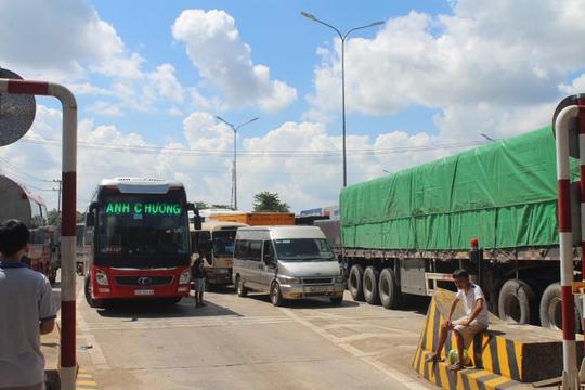 Tài xế lại dừng xe ở Trạm BOT Biên Hòa, Quốc lộ 1 vẫn tê liệt - Ảnh 2.