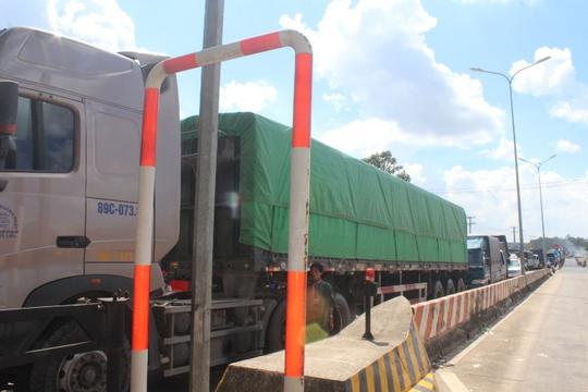 Tài xế lại dừng xe ở Trạm BOT Biên Hòa, Quốc lộ 1 vẫn tê liệt - Ảnh 4.