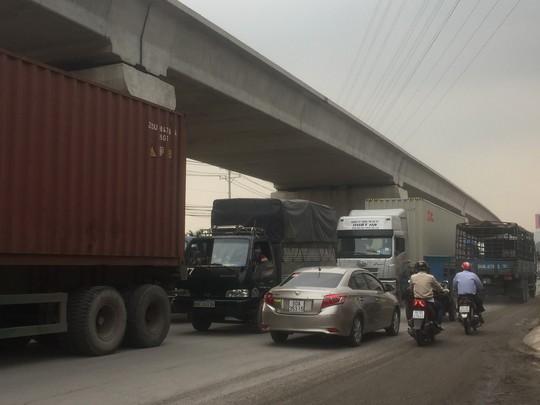 Ngán ngẩm nhúc nhích trên xa lộ Hà Nội - Ảnh 2.