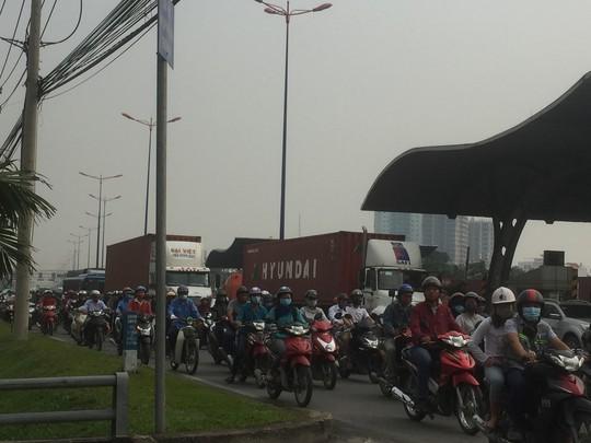 Ngán ngẩm nhúc nhích trên xa lộ Hà Nội - Ảnh 1.
