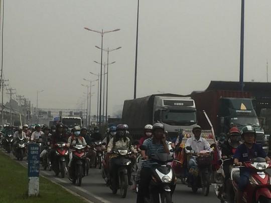 Ngán ngẩm nhúc nhích trên xa lộ Hà Nội - Ảnh 3.