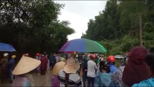 Hàng trăm người đội mưa phản đối thi công bãi rác - Ảnh 1.