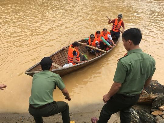 Yêu cầu thủy điện ngừng xả lũ để giải cứu 15 người - Ảnh 2.