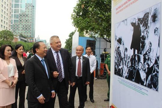 Triển lãm ảnh Cách mạng Tháng Mười Nga trên phố đi bộ Nguyễn Huệ - Ảnh 2.