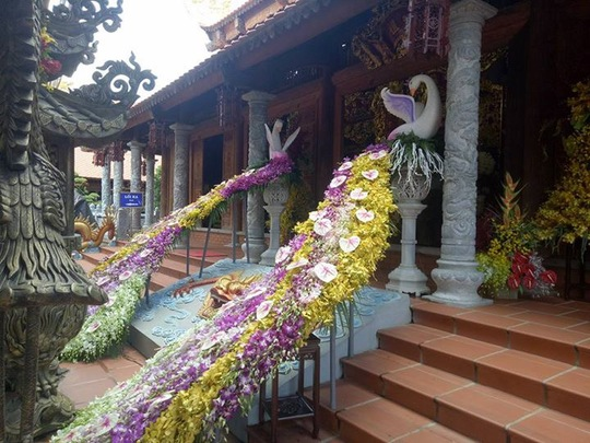 Nhà thờ Tổ của danh hài Hoài Linh tràn ngập khách thập phương - Ảnh 2.