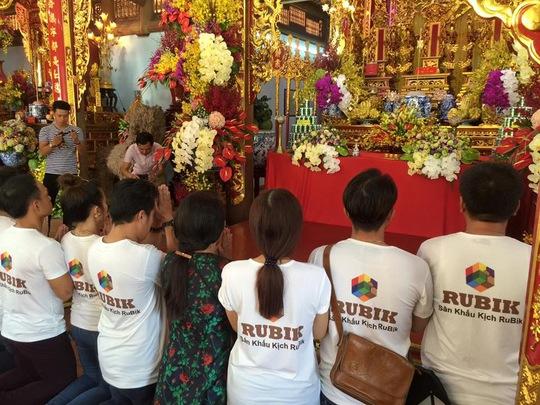Nhà thờ Tổ của danh hài Hoài Linh tràn ngập khách thập phương - Ảnh 6.