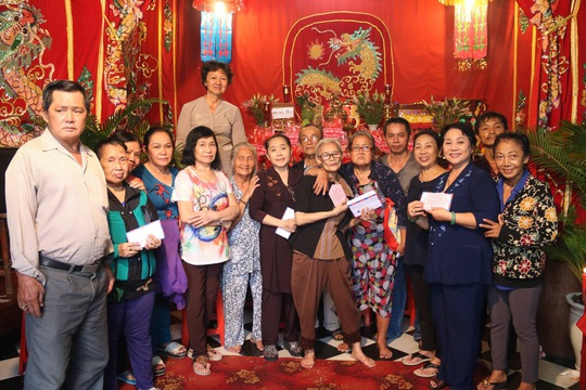 Nhà thờ Tổ của danh hài Hoài Linh tràn ngập khách thập phương - Ảnh 11.