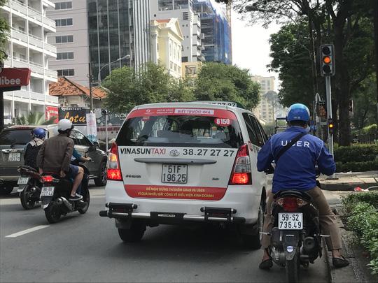 Tài xế Vinasun kêu oan vụ dán khẩu hiệu phản đối Uber, Grab - Ảnh 2.
