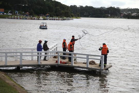 Tích cực tìm kiếm 1 phụ nữ nghi nhảy hồ Xuân Hương tự tử - Ảnh 2.