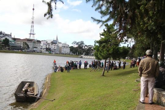 Tích cực tìm kiếm 1 phụ nữ nghi nhảy hồ Xuân Hương tự tử - Ảnh 3.