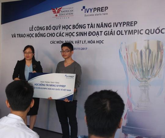 Trao học bổng tiền tỉ cho học sinh đạt huy chương Olympic quốc tế - Ảnh 2.