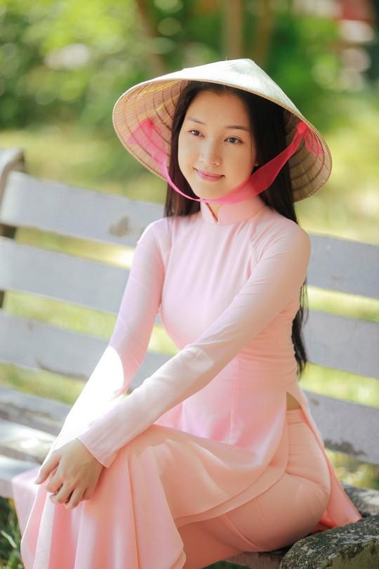 Vẻ đẹp ngọt ngào của nàng thơ xứ Huế - Ảnh 1.