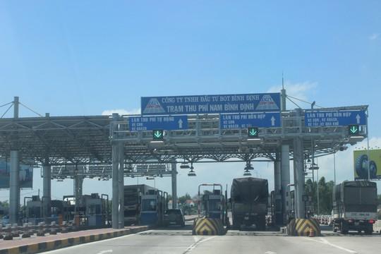 Tài xế dùng ô tô cố thủ giữa trạm BOT Nam Bình Định đòi giảm giá vé - Ảnh 2.