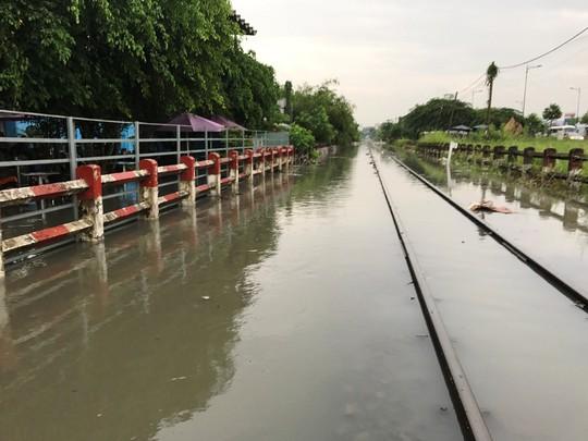Đường sắt đứt đoạn sau bão, khách phải trung chuyển bằng ô tô - Ảnh 1.