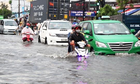 Mưa dồn, triều cường dập, Nam Sài Gòn nước ngập mênh mông - Ảnh 1.