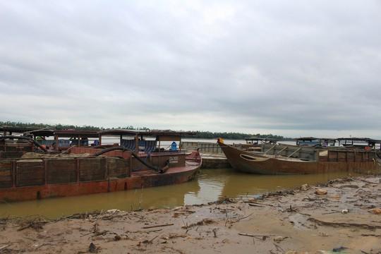 CSGT dầm mưa bắt 6 tàu rút ruột sông Thu Bồn - Ảnh 1.