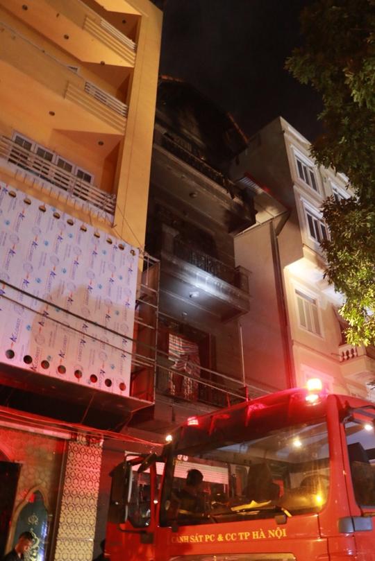 Kiểm tra hồ sơ quán karaoke 4 tầng bị cháy - Ảnh 2.