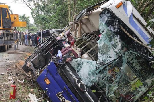 Xe khách tông xe tải đang đậu, 2 người chết - Ảnh 1.