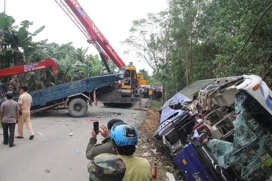 Xe khách tông xe tải đang đậu, 2 người chết - Ảnh 2.