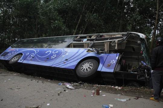 Xe khách tông xe tải đang đậu, 2 người chết - Ảnh 3.