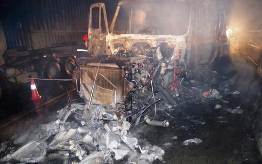 Đầu xe container cháy rụi, thiệt hại hơn 1 tỉ đồng