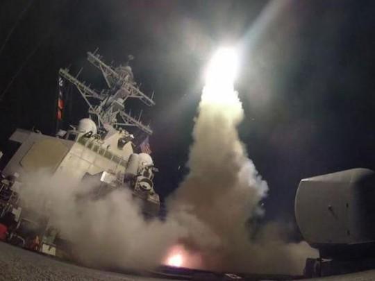 Hình ảnh Mỹ phóng tên lửa tấn công căn cứ không quân Syria. Ảnh: Independent