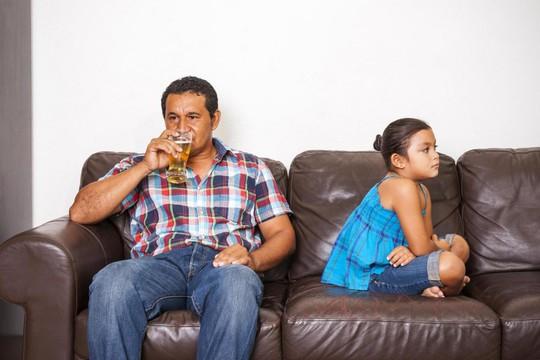 Chứng kiến cha uống rượu, con rối loạn tâm thần - Ảnh 1.