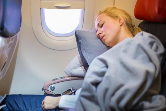 Ngủ trên máy bay coi chừng... bị điếc - Ảnh 1.