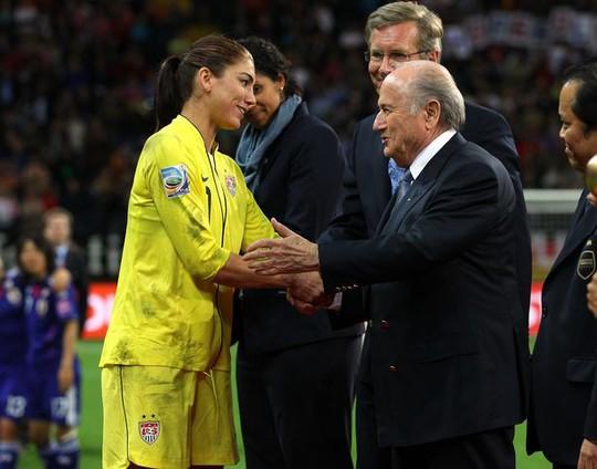 Hole Solo trong một lần gặp gỡ Sepp Blatter