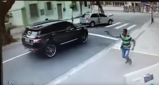 Clip - Cựu tuyển thủ Brazil bị cướp xe như trong phim - Ảnh 1.