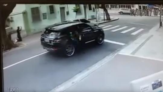 Clip - Cựu tuyển thủ Brazil bị cướp xe như trong phim - Ảnh 2.