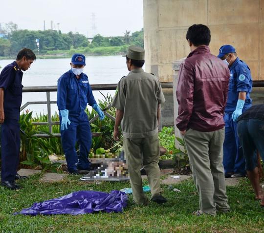 Lực lượng chức năng có mặt đưa thi thể nạn nhân lên bờ