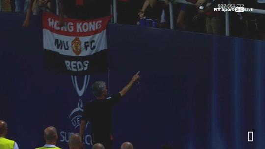 Mourinho tặng huy chương Siêu cúp cho fan - Ảnh 1.