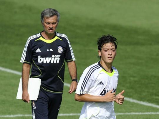 HLV Mourinho và Ozil khi còn ở Real Madrid