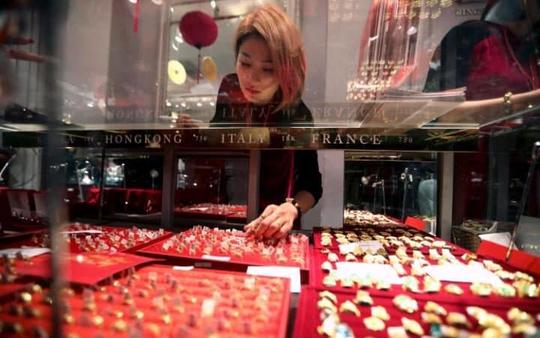 Một nhân viên bán hàng tại cửa hàng trang sức Hà Nội, Việt Nam. Ảnh: Telegraph