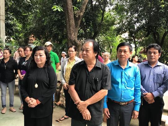 Đông nghệ sĩ đưa tiễn NSƯT Ngọc Hương về nơi an nghỉ cuối cùng - Ảnh 11.