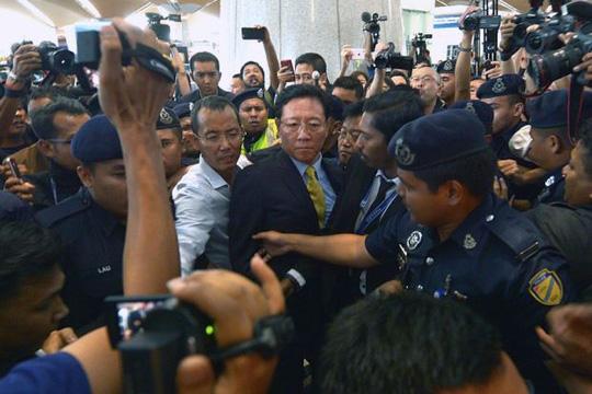 Ông Kang Chol trong vòng vây báo giới tại sân bay Kuala Lumpur chiều tối 6-3. Ảnh: Bernama