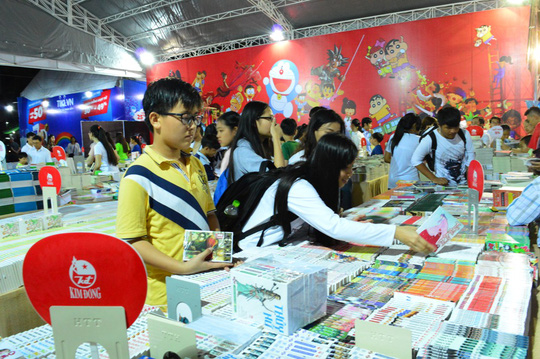 Đông đảo độc giả đến tham quan và chọn mua những đầu sách ưng ý