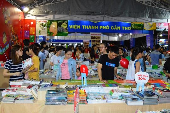 Có khoảng 2,3 triệu bản sách đăng ký trưng bày và bán cho khách tham quan