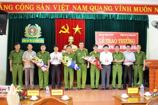 Ban giám đốc Công an tỉnh Hà Tĩnh trao thưởng cho các cá nhân và tập thể của ban chuyên án