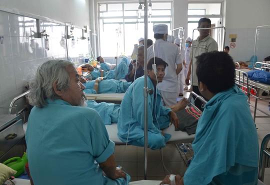 Khoa Hô hấp, Bệnh viện Đà Nẵng lúc nào cũng trong tình trạng quá tải, 2 bệnh nhân phải nằm chung một giường bệnh