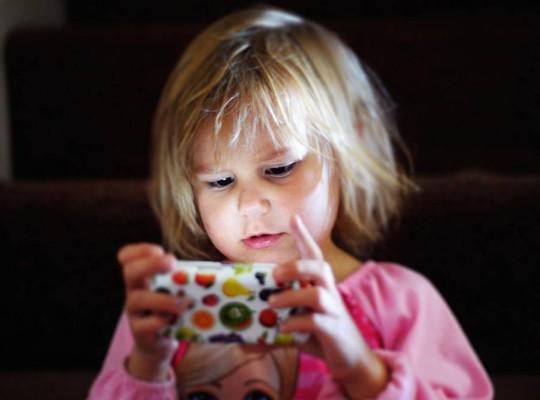 Tác hại của màn hình cảm ứng đối với trẻ nhỏ - Ảnh 2.
