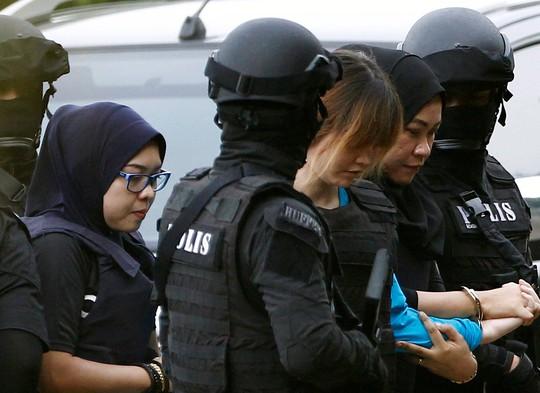 Đoàn Thị Hương ra tòa hôm 13-4. Ảnh: Reuters