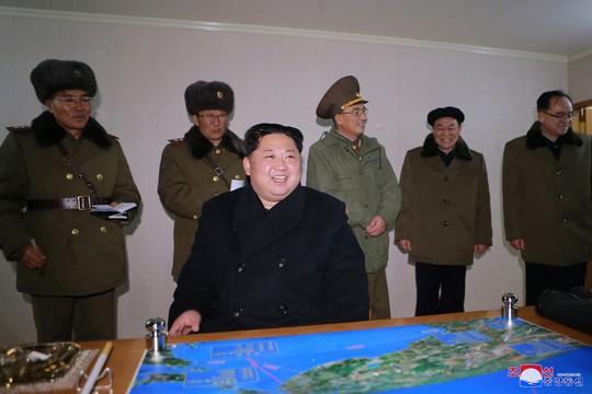 Triều Tiên khoe ảnh ông Kim Jong-un vui mừng theo dõi tên lửa - Ảnh 2.