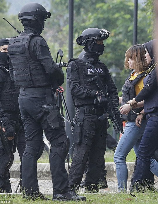 Các nghi phạm được bảo vệ nghiêm ngặt bởi lực lượng đặc biệt mang súng máy. Ảnh: EPA