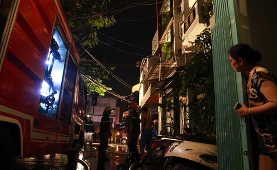 CLIP: Tòa nhà 5 tầng bốc cháy, đường Kỳ Đồng hỗn loạn - Ảnh 2.