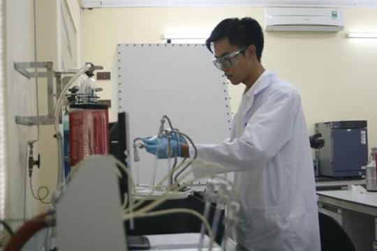 Nguyễn Lạc Hà tại Trung tâm Nghiên cứu Vật liệu Cấu trúc Nano và Phân tử (INOMAR), Đại học Quốc gia TP Hồ Chí Minh. Ảnh: vnuhcm.edu.vn