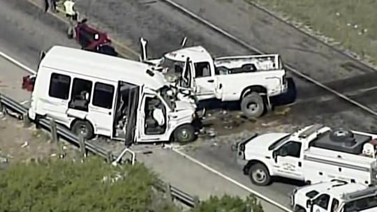 Hiện trường vụ xe bán tải đâm trực diện vào xe buýt mini của nhà thờ khiến 13 người thiệt mạng hôm 26-3. Ảnh: AP