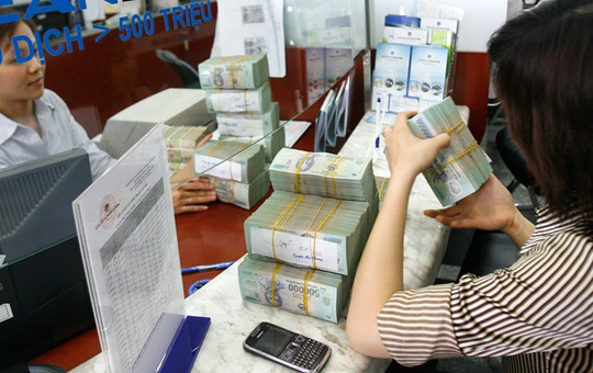 Khách vay đang giao dịch tại một ngân hàng