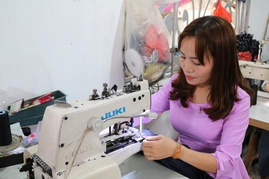 Chị Nguyễn Thị Trung đang làm việc tại xưởng may của mình